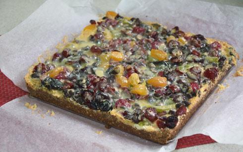 עוגת פירות יבשים עם תחתית ביסקוויטים (צילום: דינה משה)