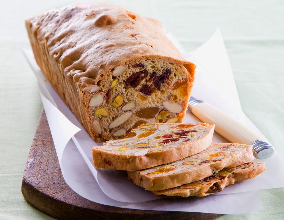 עוגה במרקם מיוחד: כיכר שקדים ופירות יבשים (צילום: דני לרנר, סגנון: נעמה רן)