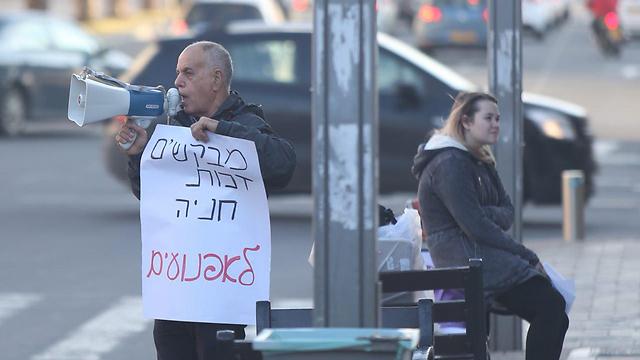 מפגין בתל אביב שדורש שטח חניה לאופנועים (צילום: מוטי קמחי) (צילום: מוטי קמחי)