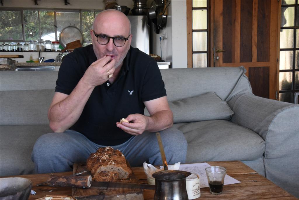 ארז קומרובסקי והלחם (צילום: אביהו שפירא)
