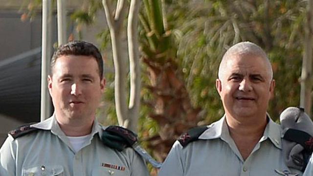 """רונן מנליס (משמאל) עם אלוף מוטי אלמוז. יחליפו כדובר צה""""ל (צילום: דובר צה""""ל)"""