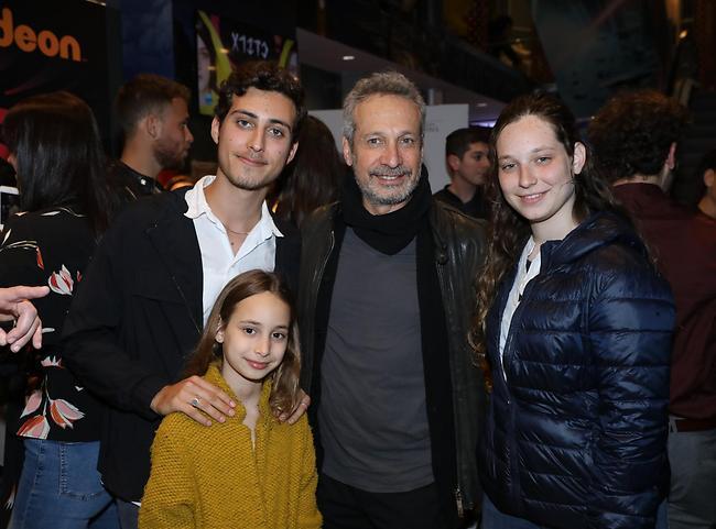 אב גאה. שמואל וילוז'ני עם בנו יהונתן והבנות מאיה ושירה (צילום: רפי דלויה)