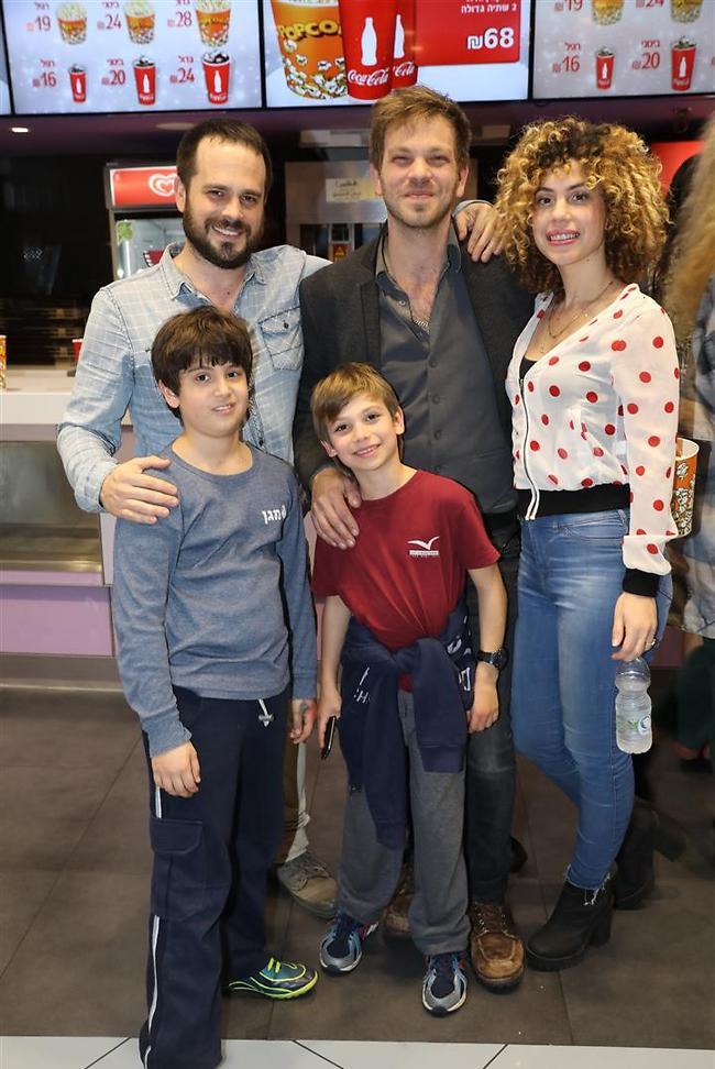 עומר ברנע עם זוגתו מיכל, אחיו איתי ברנע עם בנו וחבר (צילום: רפי דלויה)