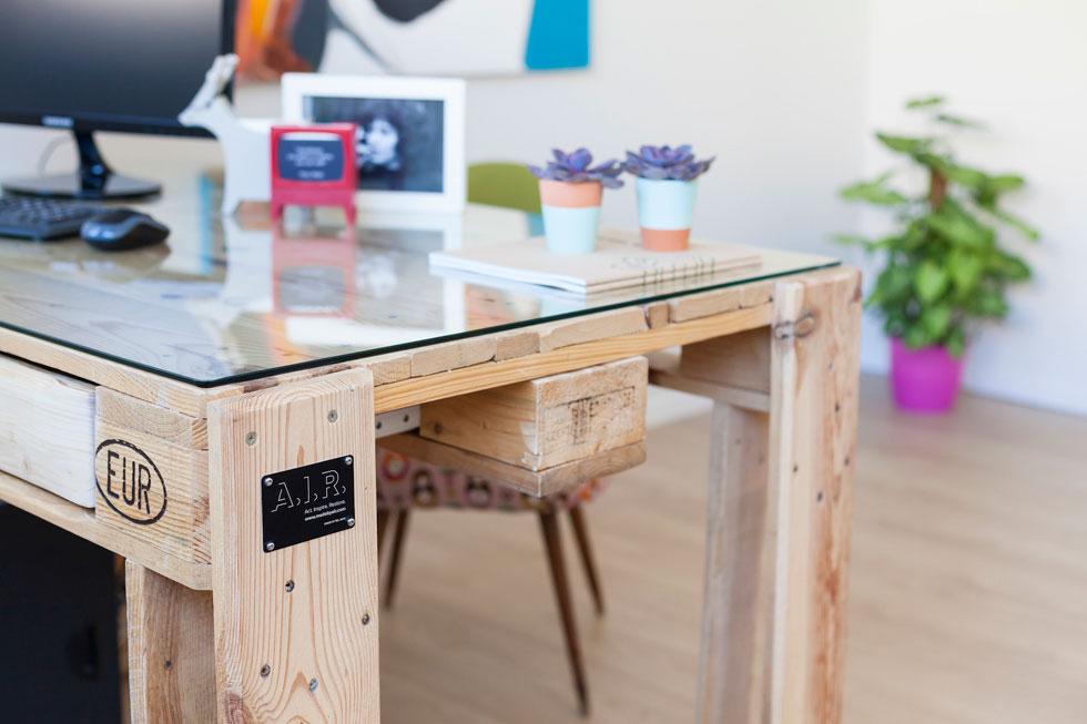 שולחן שמיוצר ממשטחי העמסה שמוחדשו. הרהיטים נמכרים תחת השם AIR- Act.Inspire.Restore (צילום: ינאי דיטש)