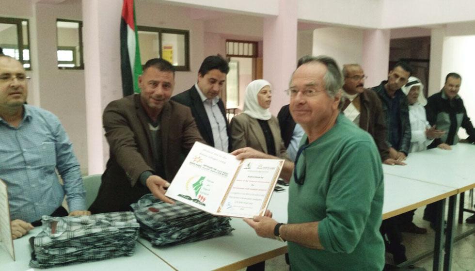"""ד""""ר אטלס מקבל תעודת הוקרה על פעילותו. """"אני עושה את זה גם מסיבה הומניטרית וגם כדי שהם יראו ישראל אחרת"""" (צילום: באדיבות רופאים לזכויות אדם)"""