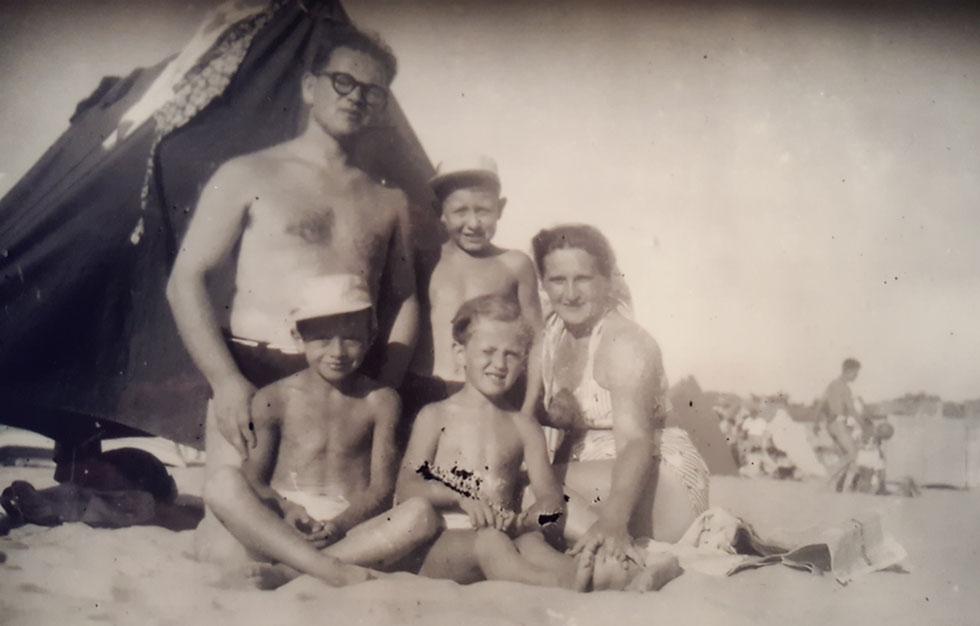 """תמונת ילדות: מיכאל (למטה, ראשון משמאל) עם הוריו ושני אחיו בעיירת החוף הצרפתית סולאק. """"רק בגיל שש גיליתי שאני יהודי"""" (צילום: מתוך אלבום פרטי)"""
