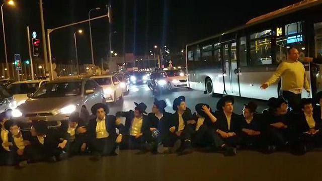 הפגנת חרדים במחאה על מעצר עריקים (צילום: ברק פכטר) (צילום: ברק פכטר)
