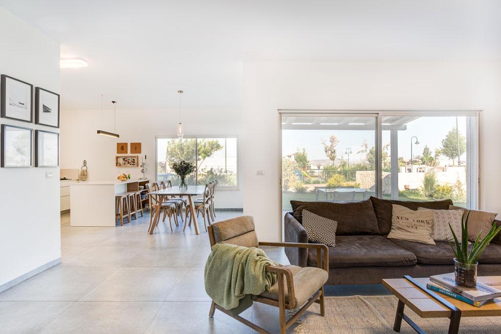 הספה וכורסאות הסלון נקנו ברחוב הרצל בדרום תל אביב, ופרגולה קטנה ופשוטה נבחרה למרפסת הגינה (צילום: אורית ארנון)