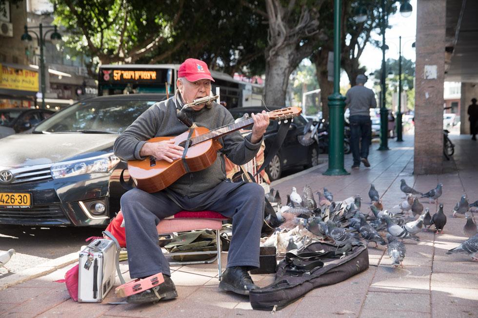 """רומיאו גולדהמר בהופעה. """"כשהורה נותן לילד שלו מטבע כדי שייתן לי, זה אקט חינוכי"""" (צילום: טל שחר)"""