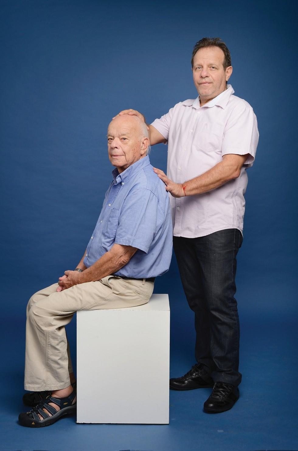 """פעם בחודש אני מגיע לטיפול תחזוקה במרפאה. ד""""ר רפאל פרטר ואלי תבור (צילום: יונתן בלום)"""