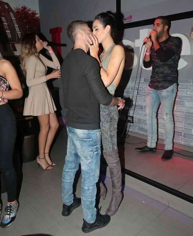 סוף סוף פוגשים את ג'ימי. תאלין אבו חנא ובן הזוג משלימים פערים אמש במסיבת קריוקי (צילום: שוקה כהן)