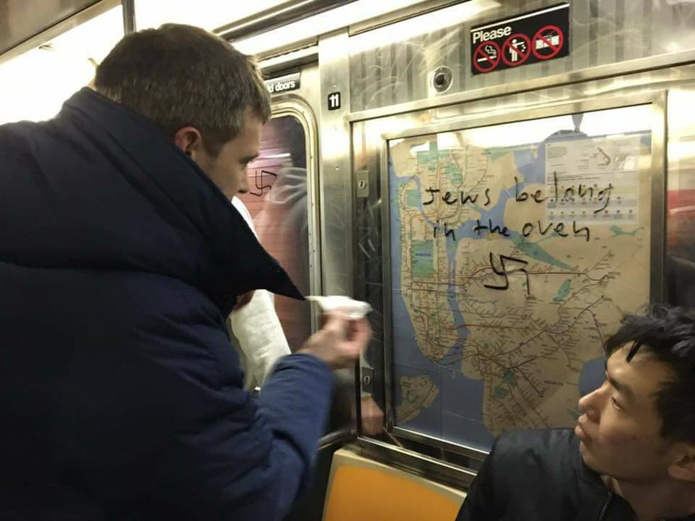 צלבי קרס וכתובות נאצה רוססו ברכבת התחתית במנהטן  (צילום: Gregory Locke) (צילום: Gregory Locke)