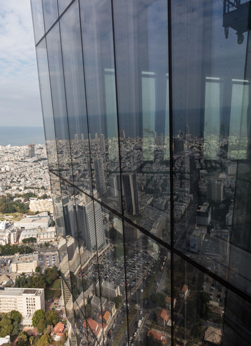 מבט מהקומה ה-60, מתחת לגג של מגדל שרונה. חשבו שהמגדל עקום (צילום: אינסה ביננבאום)