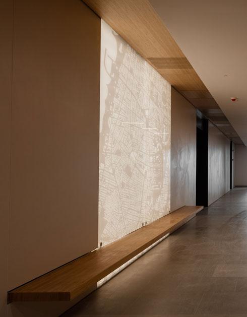 עיצוב נקי בגרעין המגדל, באזור המעליות. מפת תל אביב על הקיר (צילום: אינסה ביננבאום)