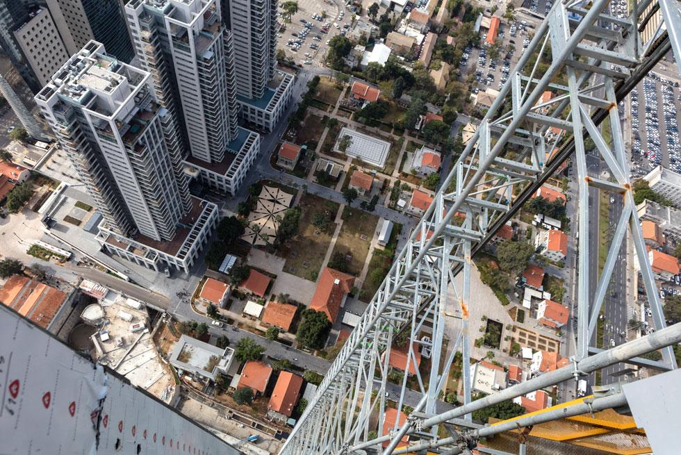 מבט ממגדל עזריאלי-שרונה על המתחם (מצד ימין ולמעלה). סביב עוד ועוד מגדלים ללא כל תרומה ציבורית, מקיפים מתחם מסחרי כושל (צילום: אינסה ביננבאום)