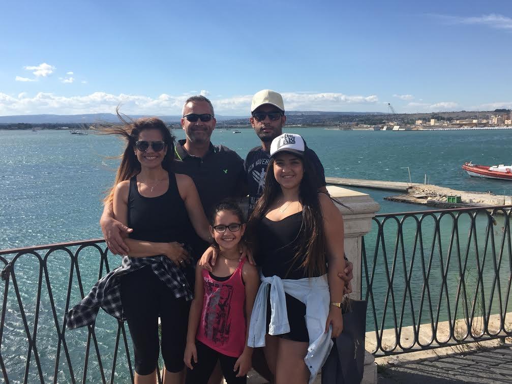 אבי כהן ומשפחתו ( ) ( )