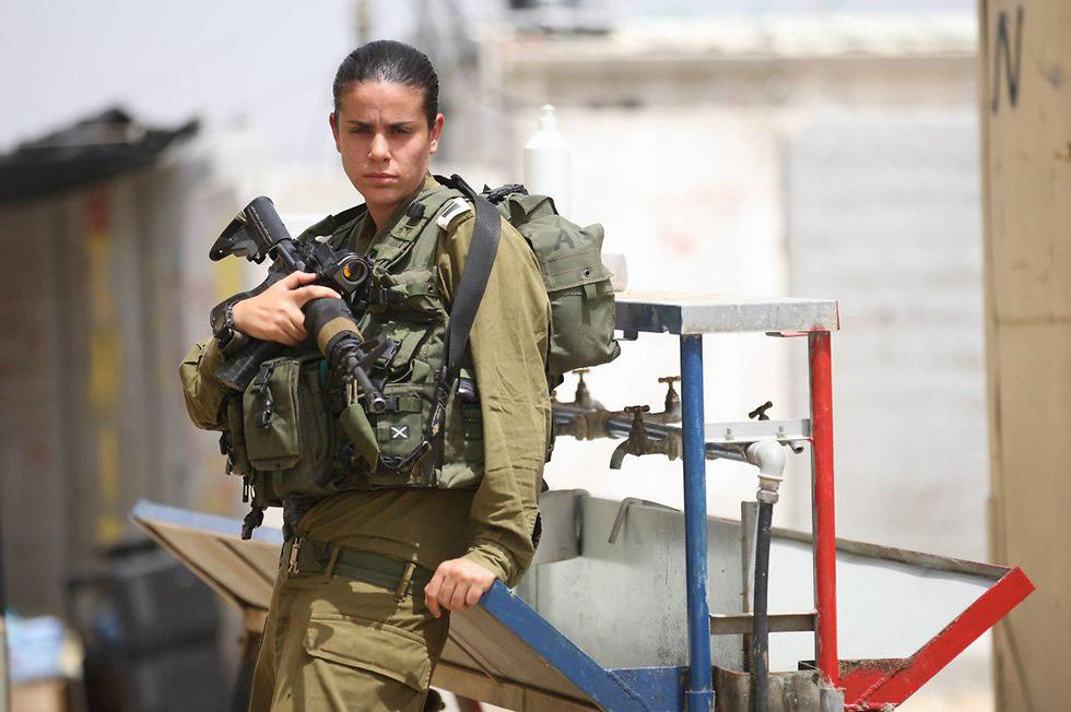 Major Dana Ben-Ezra on duty (Photo: Gadi Kabalo)