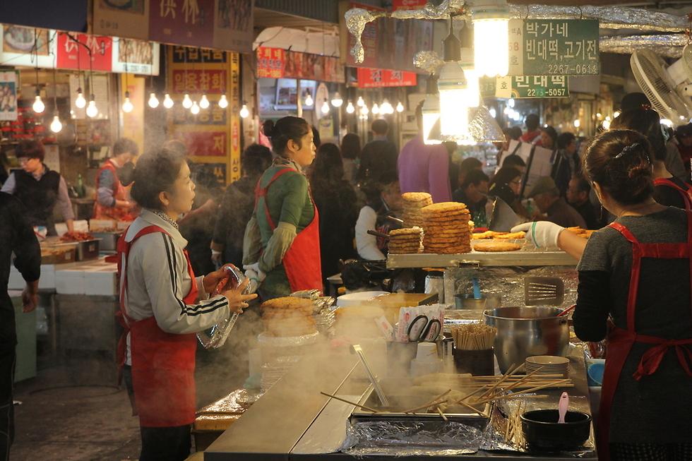 תלבושות אותנטיות ואוכל קוריאני בשוק המשי ()