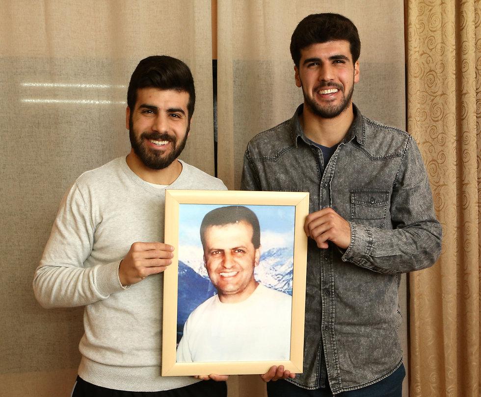 סיפור מרגש. האחים אבו סעדה ותמונת אביהם (צילום: אלעד גרשגורן) (צילום: אלעד גרשגורן)