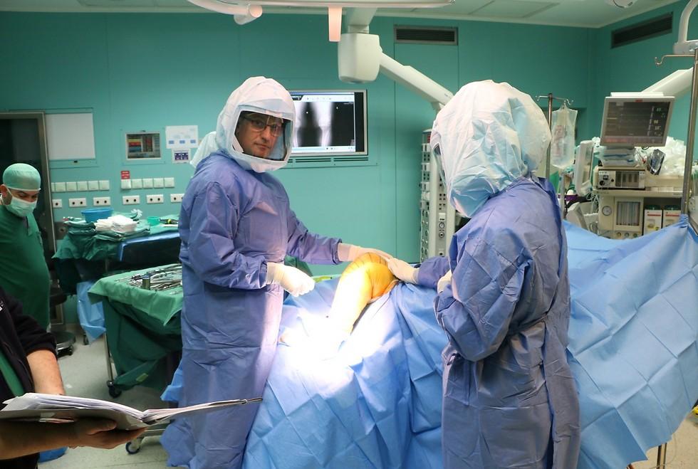 """למרות ההתקדמות המשמעותית, הרופאים עדיין נאלצים להתמודד עם זיהומים. ד""""ר בנקוביץ בזמן הניתוח (צילום: קבוצת יונתן ) (צילום: קבוצת יונתן )"""