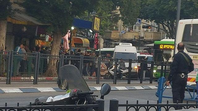 זירת הפיגוע בכניסה לשוק בפתח תקווה (צילום: ירון דרוקמן)