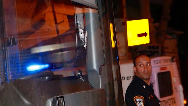 שמשת אוטובוס שנפגעה מהירי (צילום: דנה קופל)
