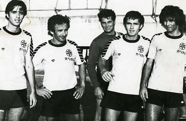 מימין: חיים בר, גד מכנס, שרגא בר ועודד מכנס (באדיבות: ההתאחדות לכדורגל)