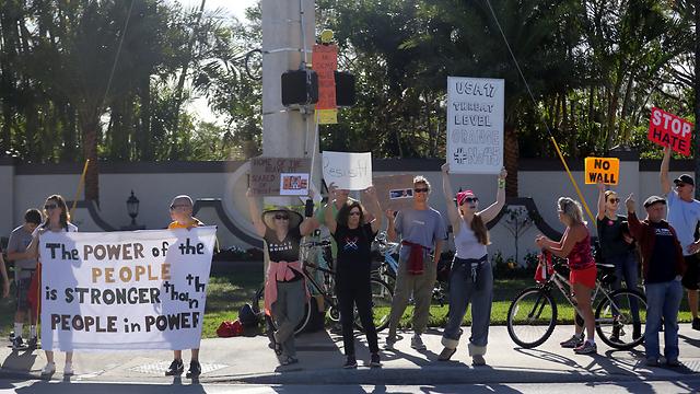 הפגנות גם כאן. מפגינים מחוץ למועדון הגולף של טראמפ בפלורידה (צילום: רויטרס) (צילום: רויטרס)