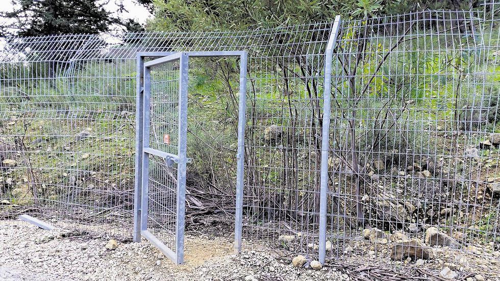 """""""הגדר ניתנת לתחזוק בעלות נמוכה יחסית"""". שער פתוח בגדר  (צילום: בועז כתבן)"""