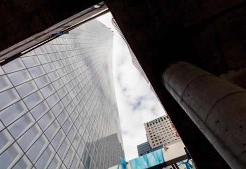 ''בקניון תכננו סקיילייט א-סימטרי שצמוד לדופן המגדל, ודרכו רואים את המגדל'', מתאר צור. ''זה היה פרויקט הנדסי די מורכב. הקונסטרוקציה עשויה פלדה והיא זו שמחזיקה את הזכוכית. אבל הוא יצר את הדרמה התכנונית. מתוך כל מפלסי הקניון רואים את המגדל מתרומם ועולה מפותל, שזה דבר שקשה למצוא במקום אחר'' (צילום: אינסה ביננבאום)