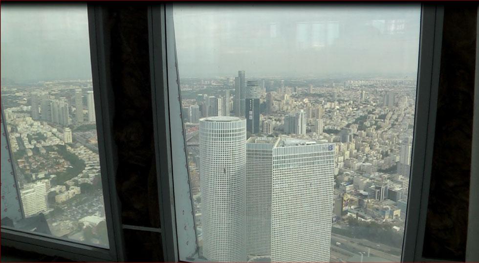 מגדלי עזריאלי מתגמדים לפתע. מבט מהקומה ה-60 של מגדל עזריאלי שרונה. אייקון מחליף אייקון (צילום: ירון שרון)