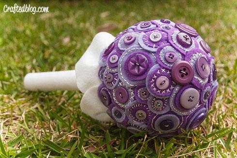 סידור פרחים דרמטי ושונה מלבד וכפתורים (מתוך TheCraftedBlog.com)