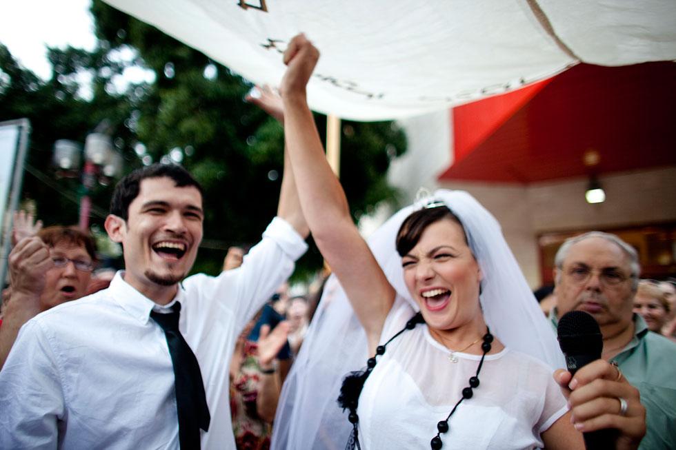 """יש המון דרכים לחגוג אהבה, רק שבישראל נראה שכולן מובילות לחופה אורתודוקסית. החתונה האלטרנטיבית של  יוליה תגיל וסטס גרנין, יולי 2010, רחבת הסינמטק בת""""א (צילום: Gettyimages)"""