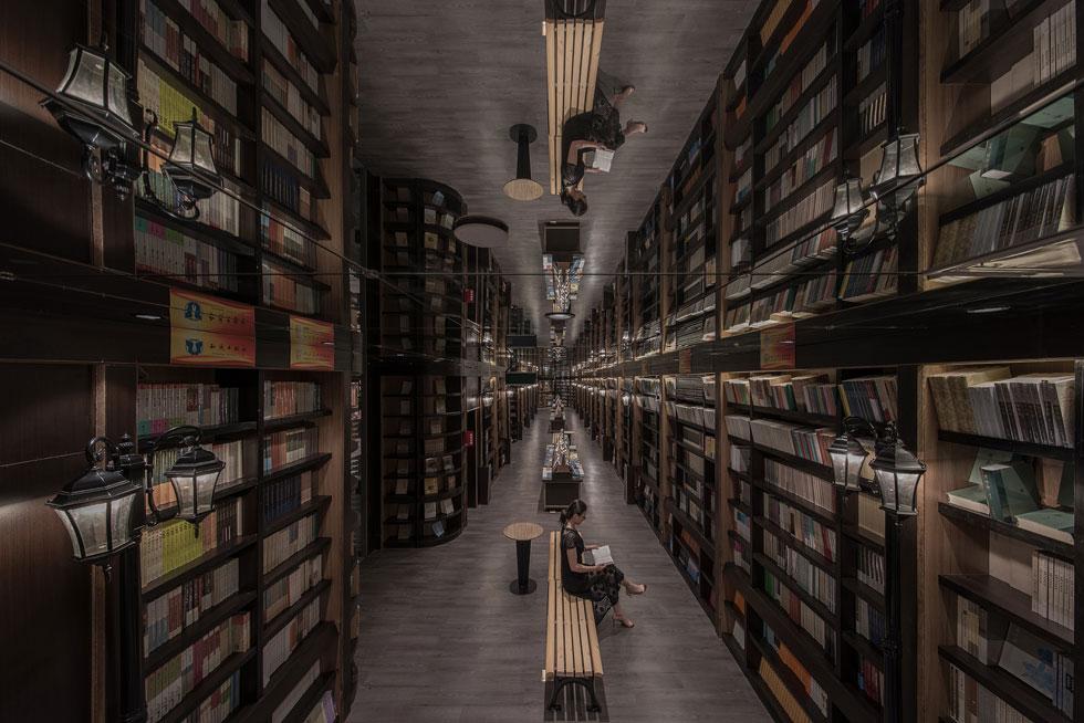 חלקה הפנימי של החנות שונה מאוד, עם כיוון עיצובי מוכר וקל יותר לעיכול, של חומריות חמה ומדפים של ממש (צילום: Shao Feng)