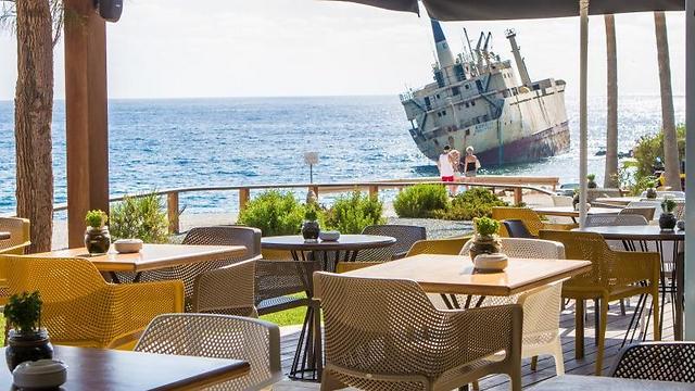 לשתות קפה ב-Oniro by the sea למול הים הפתוח וסירה טרופה (צילום: דקלה סמית')