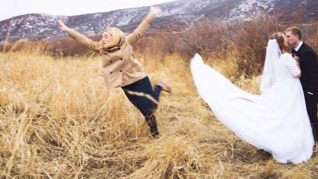 השושבינה שהקריבה את עצמה עבור תמונה טובה (צילום: מתוך רדיט)