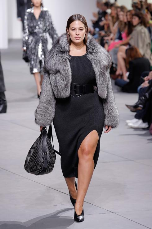 הופעה ראשונה על מסלול שבוע האופנה בניו יורק. אשלי גרהאם בתצוגה של מייקל קורס (צילום: Gettyimages)