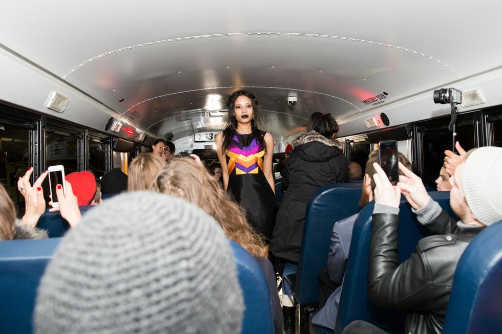 תצוגה בתקציב של 2,000 דולר בלבד. המעצבת אמנדה מל יוצרת מסלול בתוך אוטובוס (צילום: Brurya Dym)