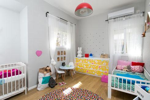 צבעים עליזים בחדר שחולקים בן ובת (צילום: שירן כרמל)