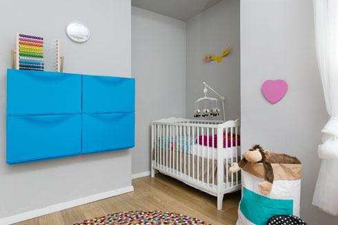 ארון קיר שהיה בחדר הילדים פונה לטובת מיטת התינוקת, וארון נעליים כחול משמש לאחסון המשחקים (צילום: שירן כרמל)