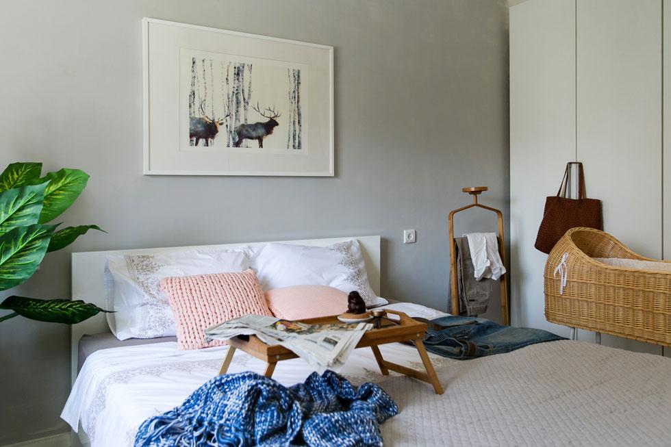 את חדר השינה מרככות תמונה שהוזמנה מהאתר society 6, ועריסה במראה קלוע בסגנון ישן (צילום: שירן כרמל)