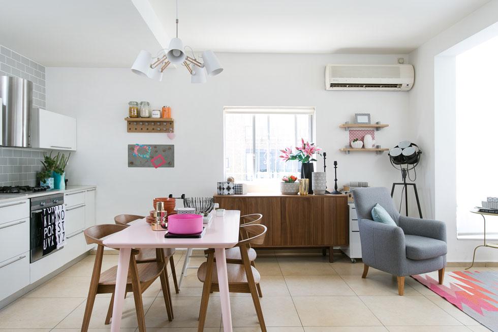 שולחן אוכל גנרי מ''איקאה'' נצבע בוורוד. שידת עץ וכיסאות אוכל בגוון אגוז תואם מוסיפים טאץ' של שנות ה-50, הסגנון האהוב עליה (צילום: שירן כרמל)