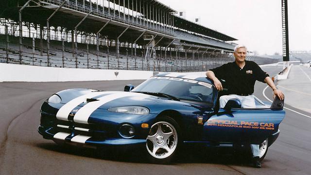 בוב לוץ והוויפר ששימשה מכונית קוצבת במירוץ אינדיאנפוליס 500 ב-1996