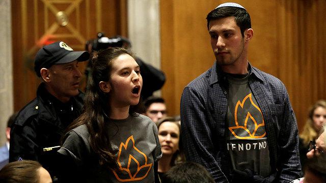 התפרצו לאולם הסנאט בעת השימוע (צילום: רויטרס)