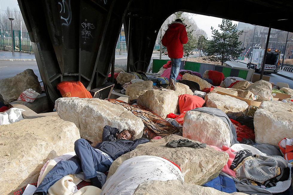 סלעים נגד מהגרים. פריז (צילום: AP)