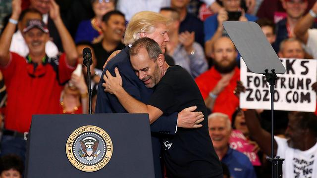 """טראמפ מחבק את התומך הנלהב: """"כוכב נולד"""" (צילום: רויטרס)"""