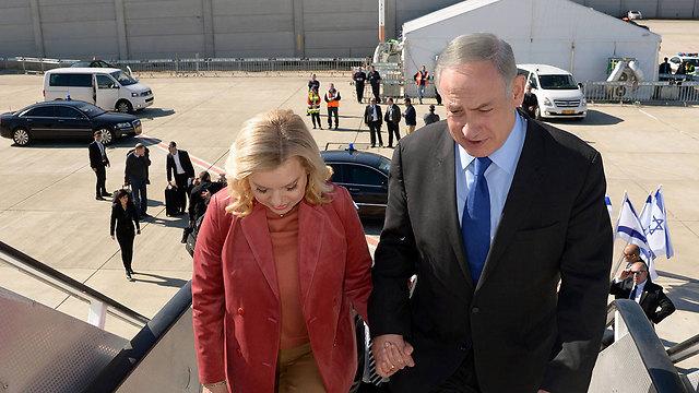 Sara and Benjamin Netanyahu board a plane abroad  (Photo: Haim Zach/GPO)