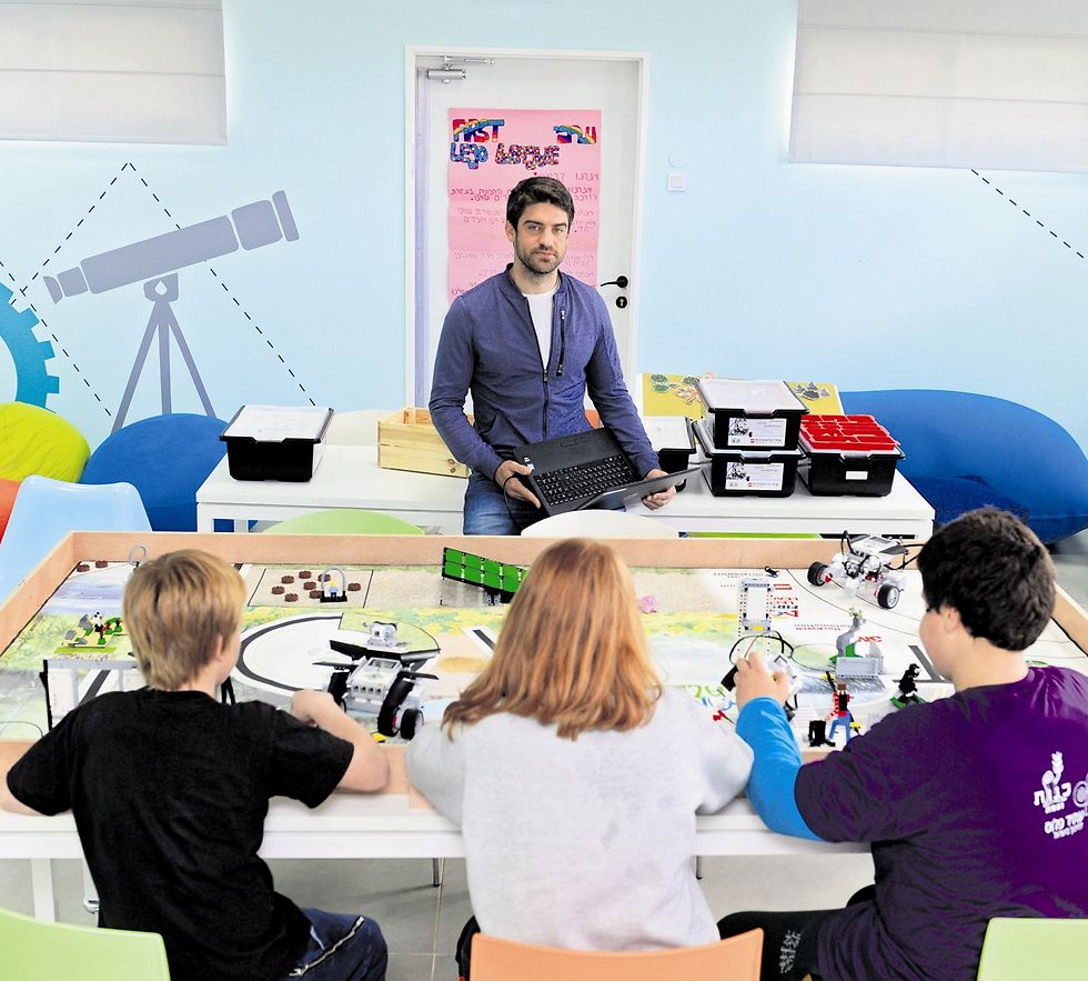 """""""בני הנוער מחפשים כל הזמן ליצור דברים עם הידע שלהם ולהביא את זה לעולם הפיזי. אם במשך כשעה נער באחד המרכזים שלנו לומד בתאוריה פיזיקה ורובוטיקה, בשאר הזמן הוא יישם את מה שלמד ויבנה משהו עם מה שלמד""""  (צילום: אבי רוקח)"""