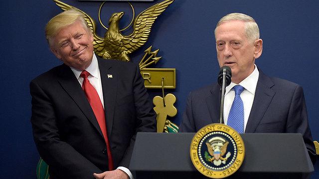 לפי התוכנית של הפנטגון, מספר הכוחות האמריקניים בסוריה יגדל. שר ההגנה מאטיס עם הנשיא טראמפ (צילום: AP) (צילום: AP)