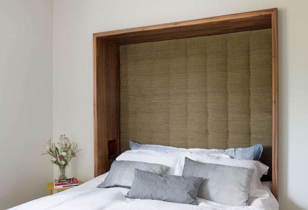 חדר ההורים קטן משמעותית, כדי לייצר חדר ילדים נוסף. כדי ליצור אינטימיות נעטף ראש המיטה בנישה שדפנותיה עץ וגבה רופד (צילום: גדעון לוין)